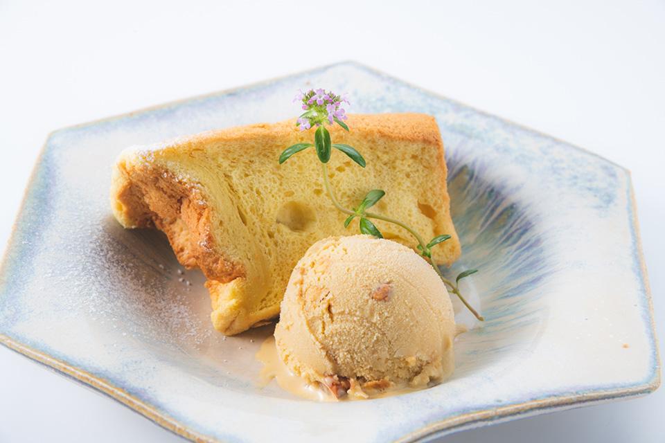 Chiffon cake+Coffee caramel nuts ice cream ¥500