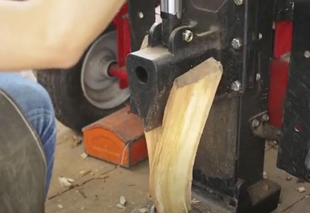 機械をつかった販売用の薪づくり:キャンプ場のお仕事(薪割り業務)
